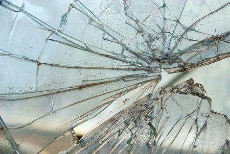 glass broken: Detalle del panel de cristal destrozó agrietado y roto