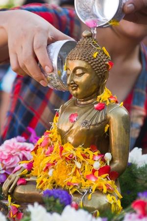 traditional festivals: verter agua a la estatua de Buda en la tradici�n del festival Songkran de Tailandia, para continuar la tradici�n.