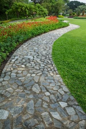 cobble: la pietra passeggiata percorso blocco con erba verde e fiori sfondo Archivio Fotografico