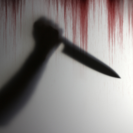 Sombra de la mano que sostiene el cuchillo para perforar a la víctima detrás de un objeto transparente con fondo sangriento que da miedo