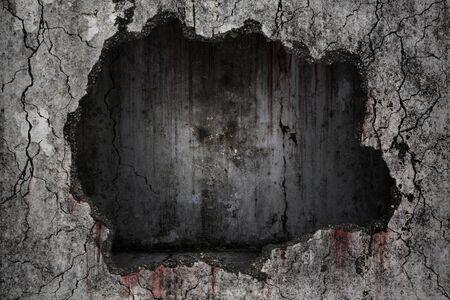 Fond sanglant effrayant sur une fissure grungy endommagée et un mur de béton cassé avec une pièce sombre vide à l'intérieur sur le mur, concept d'horreur