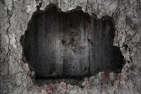 Krwawe tło przerażające na uszkodzonym nieczystym pęknięciu i złamanej betonowej ścianie z pustym ciemnym pokojem na ścianie, koncepcja horroru