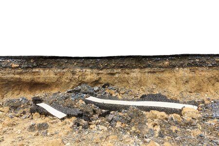 Cerrar la textura de fondo del suelo, roca, grava, camino asfaltado bajo el cual sufrió erosión hídrica aislado en blanco
