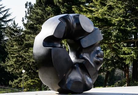Czarny rzeźba Słońce znajduje się w Volunteer Park, Seattle