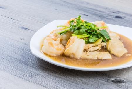 Mieszać smażone krewetki i kurczak z sosem ostrygowym