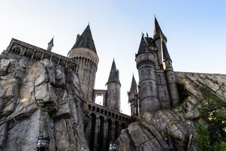 alfarero: ORLANDO, EE.UU. - 19 de diciembre de 2013: El Mundo Mágico de Harry Potter en la isla de la aventura de Universal Studios Orlando. Universal Studios Orlando es un complejo de parque temático en Orlando, Florida.