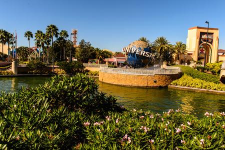 ORLANDO, USA - 19 grudnia 2013: Uniwersalny Logo z przodu Universal Studios Orlando. Universal Studios Orlando jest tematem Park Resort w Orlando na Florydzie. Publikacyjne