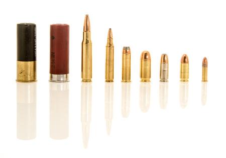 両方の散弾銃のシェルを含むイメージ異なる口径のライフルとハンドガン ammunation。含まれています 12 ゲージ.308 または 7.62 mm NATO、.223 または 5.56 mm