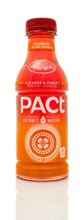 pacto: Winneconne, WI - 14 Ene 2016: Botella de Ocean Spray Pacto de arándano sabor a naranja de sangre