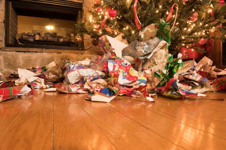 Puinhoop van inpakpapier na alle geschenken zijn geopend.