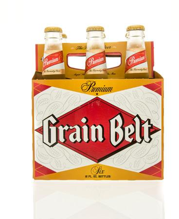 Winneconne, WI - 15 March 2016:  A six pack of  Grain Belt beer in bottles 에디토리얼