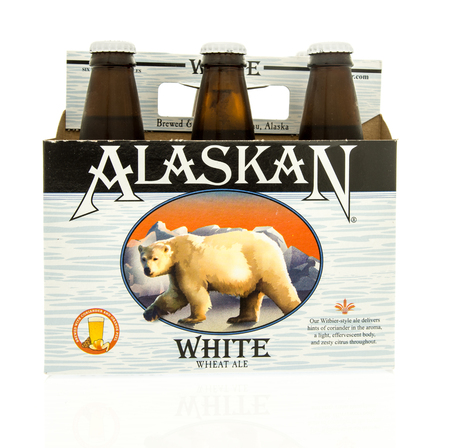 Winneconne, WI - 15 March 2016:  A six pack of  Alaskan white beer 에디토리얼
