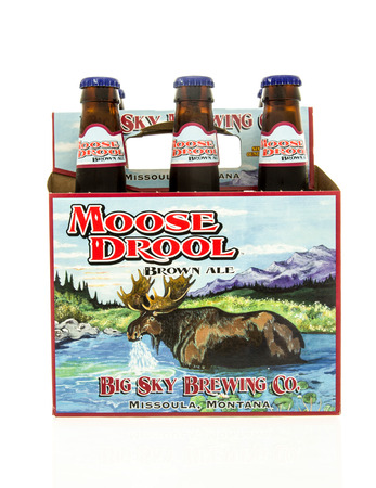 Winneconne, WI - 15 March 2016:  A six pack of Moose Drool beer 에디토리얼