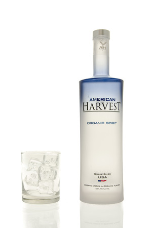 Winneconne, WI - 15 March 2016:  A bottle of American Harvest vodka with  a glass of ice 新聞圖片