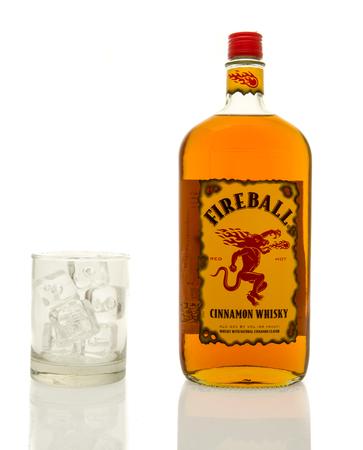 Winneconne、WI - 2016 年 3 月 19 日: 火の玉シナモン氷のグラスにウイスキーのボトル。 報道画像