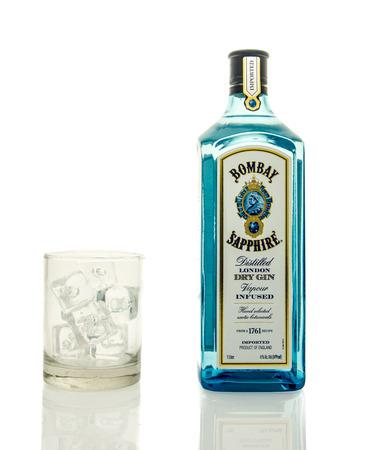 Winneconne, WI - 19 Marzo 2016: Una bottiglia di Bombay gin, con un bicchiere di ghiaccio.