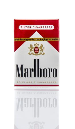 Winneconne, WI - 16 maart 2016: Een doos van Marlboro rode sigaret is een cowboy moordenaar bekend.