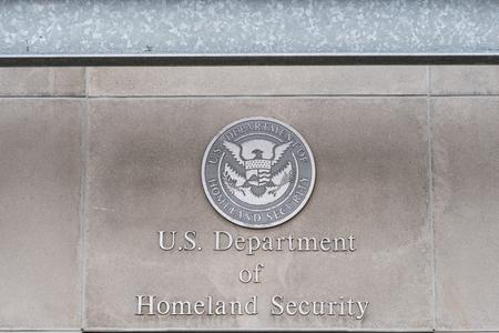 Milwaukee, WI - 8. März 2016: US, Department of Homeland Security-Logo auf einem Bundesgebäude Editorial