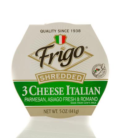 Winneconne, WI - 20 april 2016: De Container van de Frigo geraspte kaas op een geïsoleerde achtergrond Redactioneel