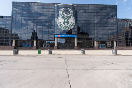 Milwaukee, WI - 8 March 2017:  Building of the BMO Harris Bradely Center.  Home of the Milwaukee Bucks a professional basketball team. 新聞圖片