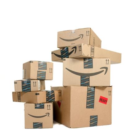 Winneconne, Wi - 21 września 2016: Kilka pudełek Amazon ułożone na na białym tle.