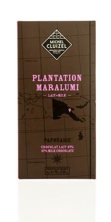 Winneconne, WI - 15 de marzo de 2017: Tiro de una barra de chocolate de la plantación de Michel cluizel en un fondo aislado.