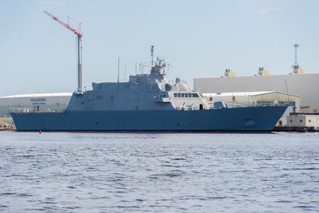 Marinette, WI - 12 mai 2017: Un navire littoral de la US Navy est à quai pour terminer la construction. Éditoriale