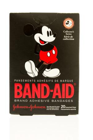 Winneconne, WI - 15 juli 2017: een doos met pleisters met Mickey Mouse op een geïsoleerde achtergrond.
