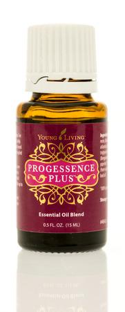 Winneconne, WI - 17 augustus 2017: een fles Young Living Progessence Plus olie op een geïsoleerde achtergrond.