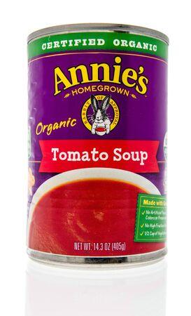 Wnneconne, WI - 4 września 2019: Pakiet ekologicznej zupy pomidorowej Annies Homegrown na na białym tle. Publikacyjne