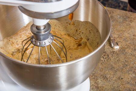 A pumpkin pie being mixed in a bowl 版權商用圖片 - 139828181