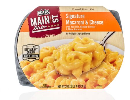 Winneconne,  WI - 11 February 2020:  A package of Resers fine food main street bistro signature macaroni and cheese on an isolated background. 版權商用圖片 - 140143789
