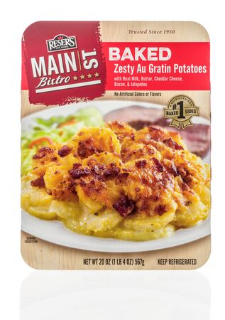 Winneconne,  WI - 11 February 2020:  A package of Resers fine food main street bistro baked zesty au gratin potatoes on an isolated background. 新聞圖片