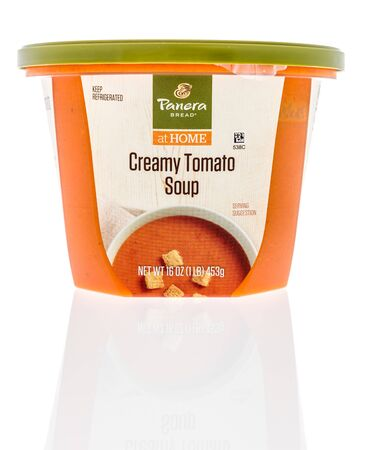 Winneconne,  WI - 11 February 2020:  A package of Panera bread at home creamy tomato soup on an isolated background. 版權商用圖片 - 140143798