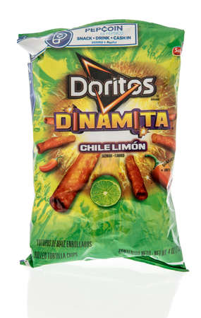 Winneconne, WI - 6 October 2020:  A package of Doritos Dinamita chile limon chips on an isolated background. 新聞圖片
