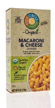 Winneconne, WI - 16 October 2020:  A package of Full circle market macaroni and cheese on an isolated background. 新聞圖片