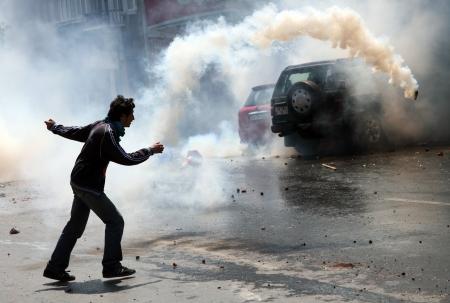 cuffed: ESTAMBUL, TURQU�A - 1 DE MAYO Los manifestantes que se oponen a la prohibici�n de la celebraci�n del 1 de mayo fueron detenidos por la polic�a en mayo de 1,2008 en Estambul, Turqu�a