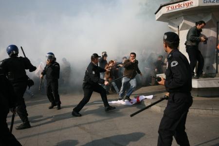 cuffed: ESTAMBUL, TURQU�A - 1 DE MAYO Los manifestantes que se oponen a la prohibici�n de la celebraci�n del 1 de mayo fueron detenidos por la polic�a en mayo de 1,2007 en Estambul, Turqu�a