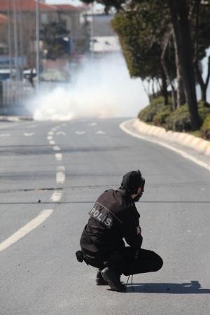 actuality: Curdo Pace e la Democrazia (BDP) avevano chiesto il permesso di organizzare le celebrazioni Nevruz Domenica 18 marzo invece che il giorno del Nevruz s�, 21.Protesters marzo barricati strade vicino Kazl? # 351;? Me Square a Zeytinburnu