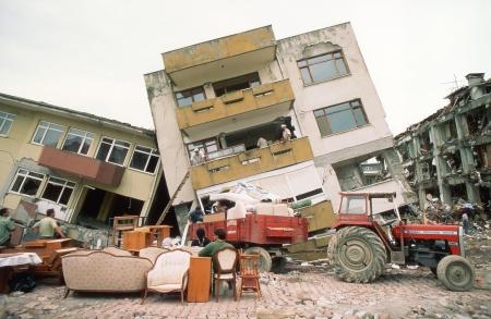 YALOVA, TURQUÍA-17 de agosto: El terremoto de Izmit de 1999 fue un terremoto de magnitud 7,6 que sacudió el noroeste de Turquía el 17 de agosto de 1999. El evento duró 37 segundos, matando a unas 17.000 personas.