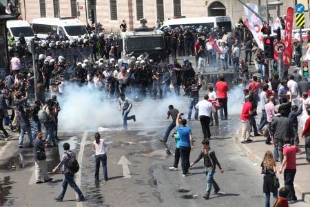 cuffed: ESTAMBUL, Turqu�a - 01 de mayo: Los manifestantes que se oponen a la prohibici�n de la celebraci�n del 01 de mayo fueron detenidos por la polic�a en mayo de 1,2013 en Estambul, Turqu�a