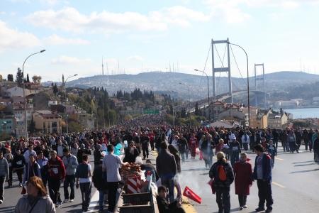 bogazici: Istanbul, Turkey - November 17, 2013  People are crossing the Bosphorus Bridge from Asia to Europe during 35th Istanbul Marathon Fun Run