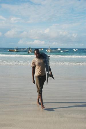 somali: MOGADISHU, SOMALİA-APRİL 29, 3013: Fishermen at the port of Mogadishun in Somalia.
