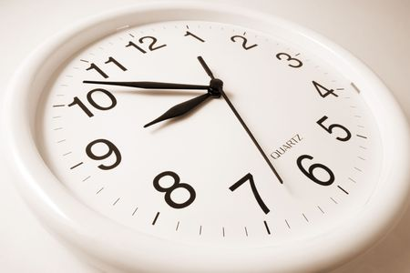 puntualidad: Reloj de pared en el tono c�lido de antecedentes sin fisuras