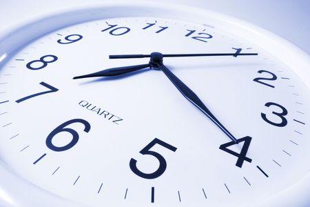 stipt: Close Up van Wall Clock in Blue Tone Stockfoto