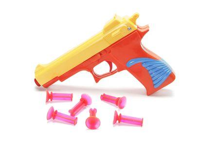 Pistola de juguete con balas de goma en el fondo blanco Foto de archivo - 3715167