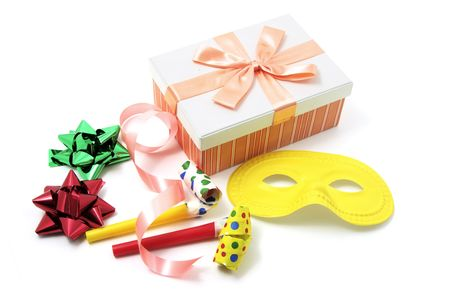 cotillons: Emballez les articles-cadeaux et des faveurs partie sur fond blanc