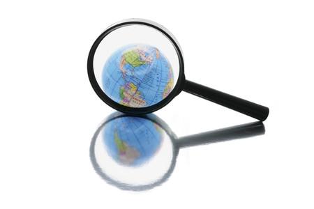 isol� sur fond blanc: Globe en vertu de loupe sur Isolated White Background