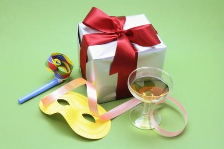 cotillons: Verre de vin et bo�te-cadeau avec Party Favors sur fond vert