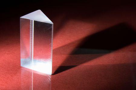prisma: Prisma de vidrio sobre fondo rojo
